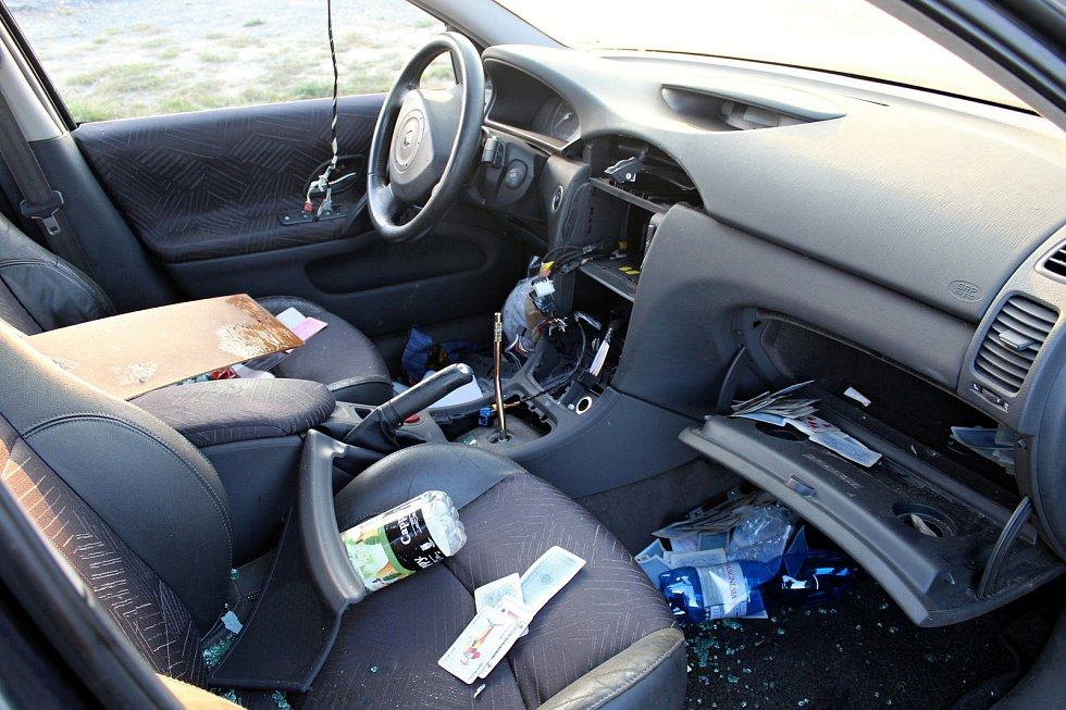 Během zhruba pěti měsíců se stal z odstaveného vozidla Renault Laguna nepojízdný vrak.