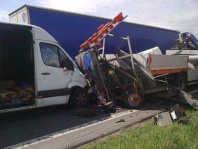 Mercedes naboural do vozidla správy silnic