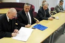 Memorandum o vzniku centra IT4Innovations ve čtvrtek 26. března podepsali zástupci tří moravskoslezských univerzit a Ústavu geoniky Akademie věd se sídlem v Ostravě.