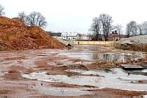 Na místě bývalé továrny na tabákové výrobky v Novém Jičíně jsou sutiny stavebního materiálu, které zde leží již dlouhé měsíce.