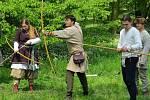 Zahradu kunínského zámku obsadili vojáci, šermíři i doboví řemeslníci.