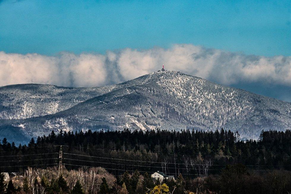 Přelet nad Lysou horu v zimě. Ilustrační foto.