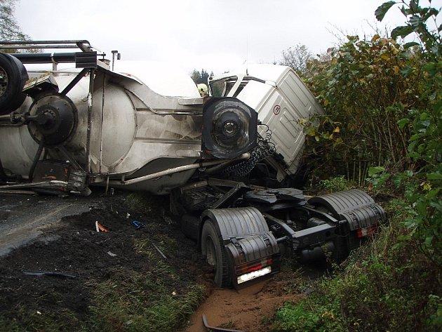 Těžká nehoda dvou kamionů blokuje silnici I/57 mezi Novým Jičínem a Valašským Meziříčím. Havaroval zde polský a český kamion.