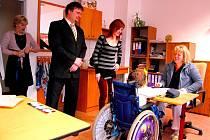 Starosta Dvořák společně s Petrou Dorazilovou sleduje výuku ve škole.