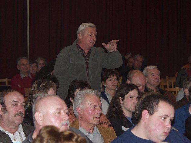 Veřejné schůze s občany se zúčastnili také příborští zastupitelé. Jeden z nich, Antonín Mocek (stojící), kladl také dotazy.