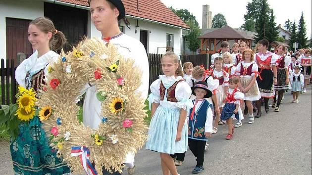 Jednou za rok se desítky lidí v Závišicích obleče do krojů a vyrazí do průvodu. Slaví dožínky.
