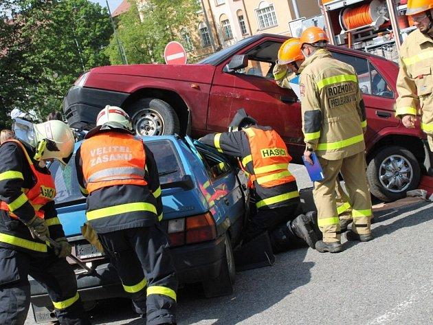 Soutěž hasičských jednotek ve vyprošťování osob z havarovaných automobilů.
