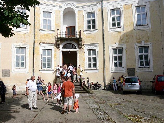 BÍLOVECKÝ zámek čekají davy návštěvníků.