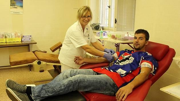 Hokejisté vyrazili ve středu místo na trénink do novojičínské transfuzní stanice.