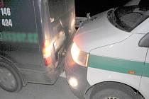 První opilý muž naboural osobák, druhý policejní dodávku.