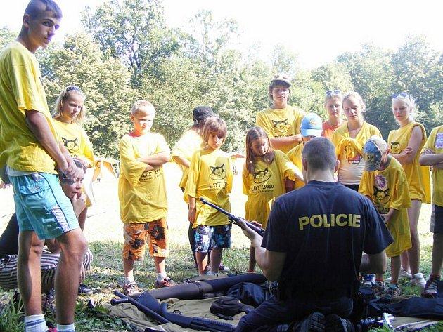 Novojičínští policisté přijeli do Hustopečí nad Bečvou, aby ukázali dětem na táboře policejní výzbroj a výstroj.
