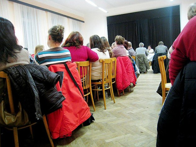Desítky lidí přišly na poslední zasedání zastupitesltva Hladkých Životic.