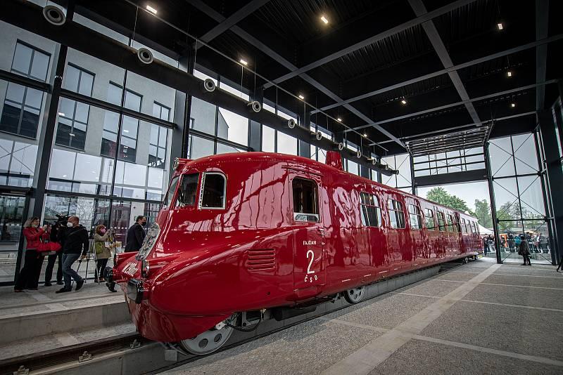 Historický železniční vůz Slovenská strela se po více než dvou letech oprav vrátil do Kopřivnice, 13. května 2021. Vystaven bude v novém proskleném depozitáři u nového Muzea nákladních automobilů Tatra.