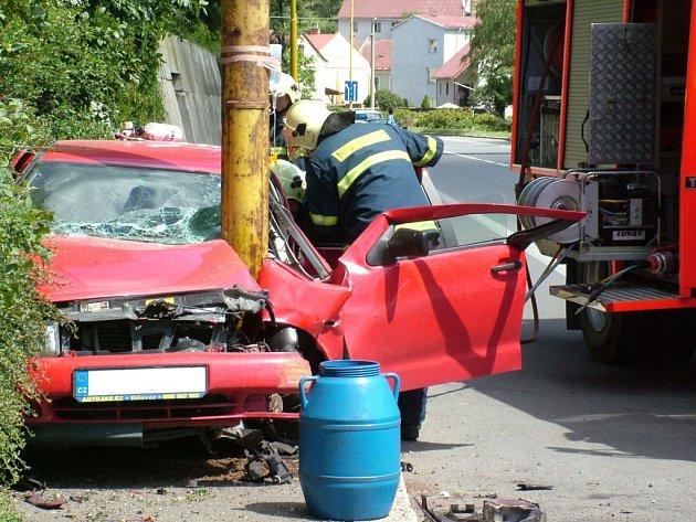 Hasiči dlouho vystřihávali řidiče z vozidla.