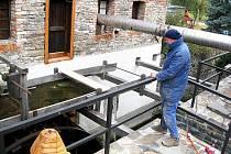 Jaroslav Král, majitel mlýna Wesselsky, a za ním jedno ze tří potrubí, kterým šel do domu horký vzduch.