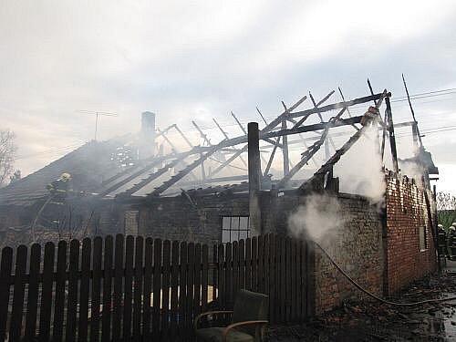 Čtyři jednotky hasičů zasahovaly v pátek 8. dubna večer v obci Sedlnice u požáru přízemního rodinného domku s podkrovím, garáže a osobního automobilu Peugeot 306.
