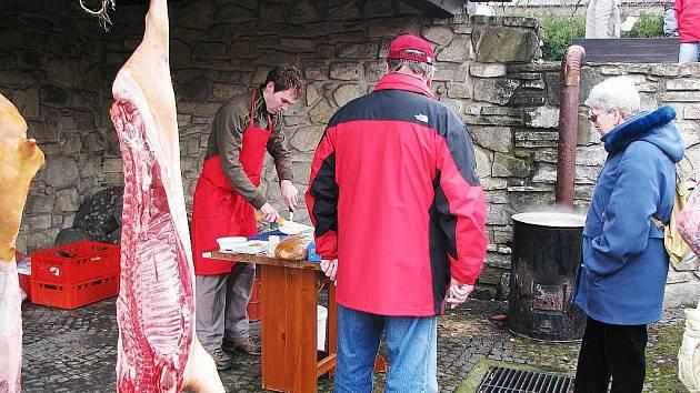 Milovníci vepřových hodů si o tomto víkendu v Kopřivnici přijdou na své. Na sobotu 26. února totiž pracovníci Muzea Fojtství připravili tradiční zabijačku.