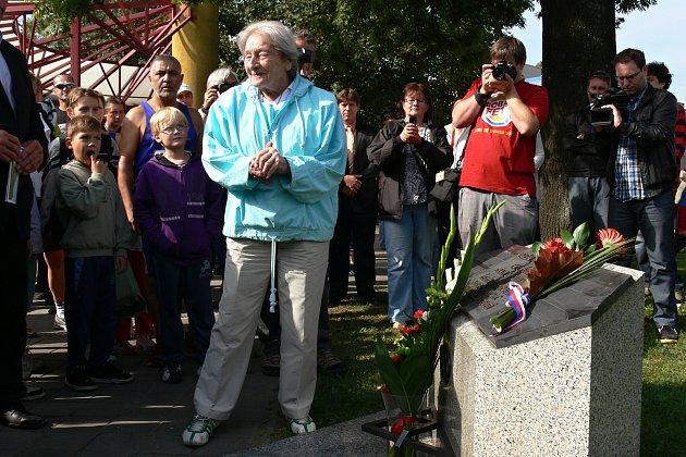 Emila Zátopka vKopřivnici připomíná také památník před Technickým muzeem Tatra, ke kterému každoročně vzáří položila kytici Dana Zátopková.