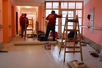 V posledních dvou lednových dnech se do příborského domu s pečovatelskou službou vrátila většina klientů. Hlavní opravy skončily v pátek, v dalších dnech budou řemeslníci provádět jen menší práce, především v bytech seniorů.