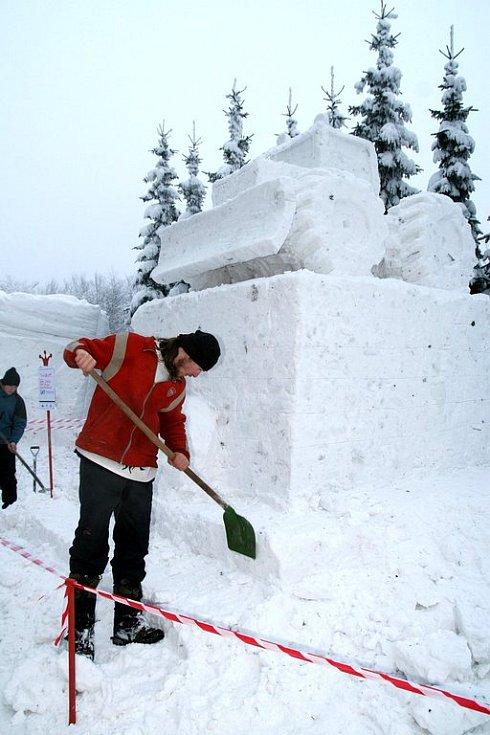 Pustevny Sněhové království. Sněhový model lesního stroje LKT vytvořili umělci ze Slovenska.