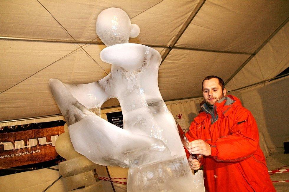 Sochař Jaroslav Holec pracuje na exponátu, který se měl původně jmenovat Anděl. Návštěvníci sochu přejmenovali na Ledovou královnu.
