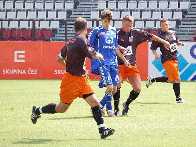 Fulnečtí fotbalisté (v tmavém) v přípravě tentokrát prohráli. Ilustrační foto.