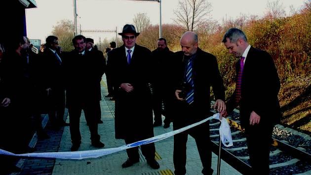 Ministr dopravy Zdeněk Žák (v klobouku) při stříhání pásky na nové železniční zastávce v Sedlnicích.