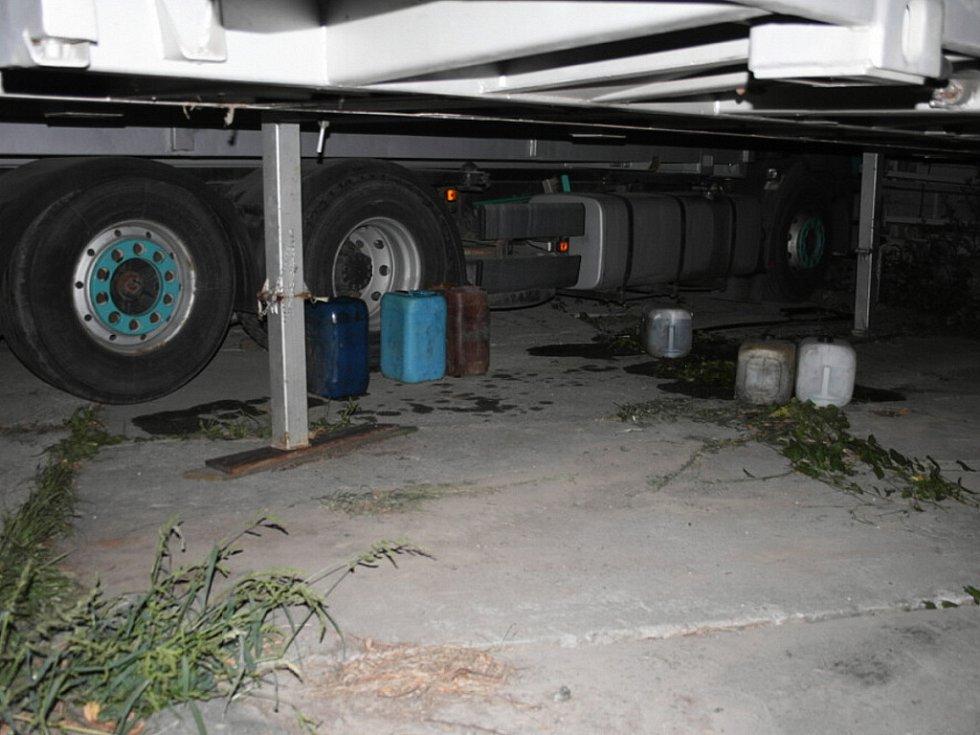 S dvěma osobními motorovými vozidly zn. VW Golf a Š Felicie si přijeli ve středu 22. srpna krátce po půlnoci do obce Bartošovice pro naftu. Ze zaparkovaných nákladních automobilů stačili odcizit 350litrů nafty.