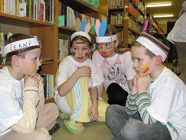 Indiánskou noc s Andersenem prožili školáci z Bílovce v tamní městské knihovně.