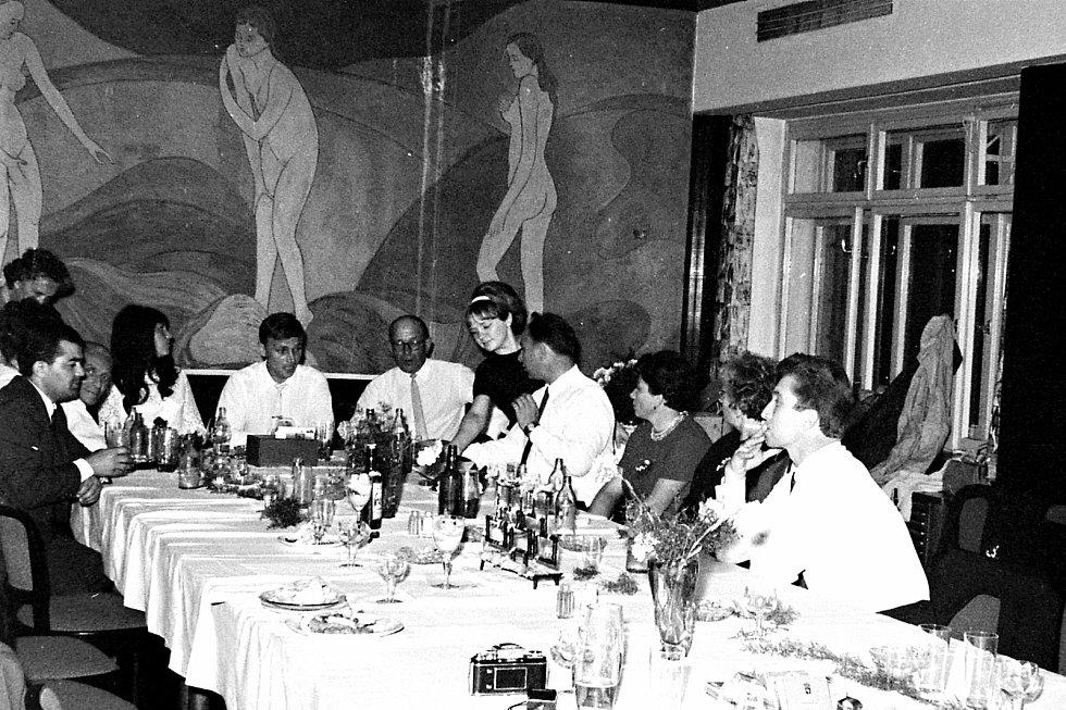 Hotel Vlčina byl také oblíbeným místem svatebčanů. Na stěně je vzácná nástěnná malba Eduarda Miléna Tři řeky z roku 1946.
