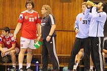 Trenér Kopřivnice Ivo Vávra (uprostřed) už v nové sezoně nebude moci počítat se službami brankáře Josefa Poura (vpravo).