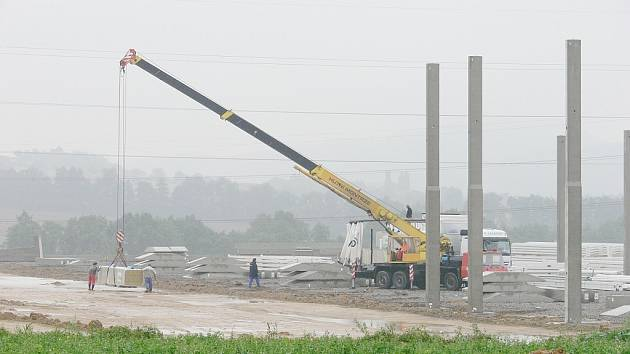 Stavební práce v plném proudu probíhají v průmyslové zóně za hřbitovem na okraji Nového Jičína. Ač to tak zatím nevypadá, již tento rok zde vznikne distribuční středisko DHL.
