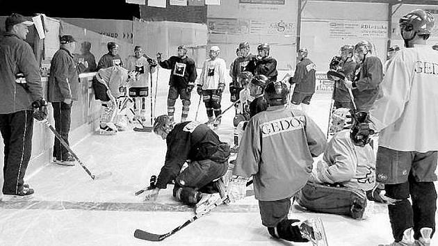 Hokejisté HC Gedos Nový Jičín trénují od pondělka na ledové ploše. Svěřence trenéra Petra Kneblíka a jeho asistenta Jaroslava Havlíka čeká již tento pátek 12. srpna (18.OO) přípravný zápas na domácím ledě s Přerovem.