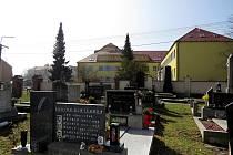 Do nemocnice, která je přes cestu, budou chodit na toalety návštěvníci oderského hřbitova.