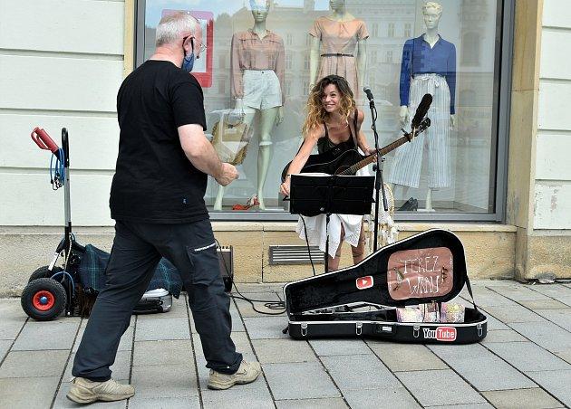 Buskerka neboli pouliční umělkyně Terez Wrau na Horním náměstí vOlomouci. Ilustrační foto.