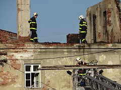 Dva hasiči byli lehce zraněni při nočním požáru v obci Vražné, kde plameny zachvátily rozlehlou střechu a půdu bytového domu.