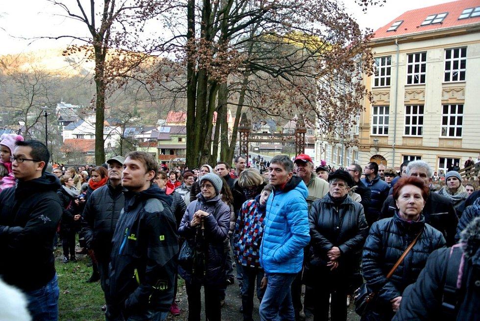 Živý betlém v štramberském Národním sadu v sobotu 26. prosince opět přilákal davy návštěvníků.