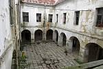Areál zchátralých zámků v Bravanticích nabyla obec do svého majetku. Zájemci si už po několik víkendů mohou areál a zámky prohlédnout.