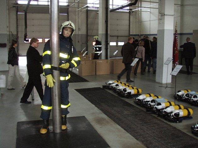 Hasiči obdrželi také padesát nových dýchacích přístrojů.