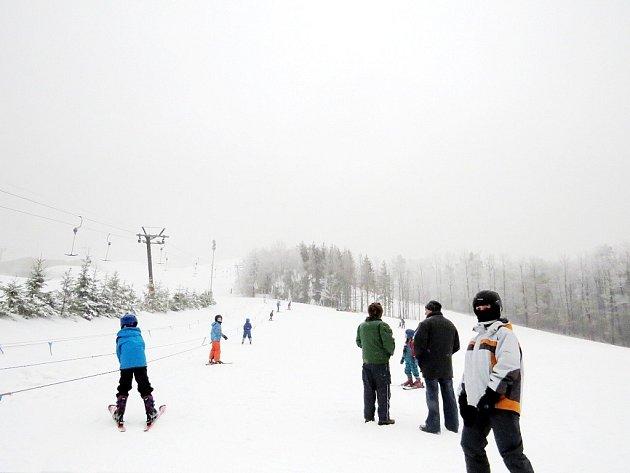 Některé sjezdovky na Novojičínsku zejí prázdnotou. V pátek se lyžovalo na Pustevnách a v Tošovicích, odkud také pochází tato fotografie.