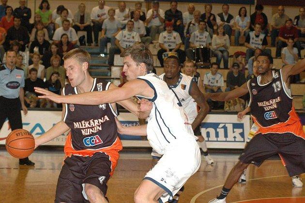 Basketbalisté Mlékárny Kunín (v tmavém) mají šanci na postup do play off.