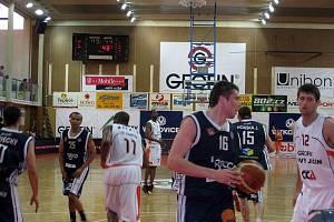 První semifinálový zápas Mattoni NBL, který se hrál v pátek v Novém Jičíně dopadl lépe pro domácí druižstvo Geofin Nový Jičín. To porazilo hostující BK Děčín poměrem 94:87.