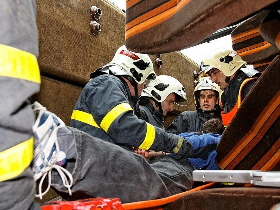 Novojičínští hasiči opět prověřili své síly a nanečisto si vyzkoušeli, jak by reagovali u ostrého zásahu. V Bílovci se totiž konalo cvičení profesionálních hasičů s vyprošťováním osob z autobusu.