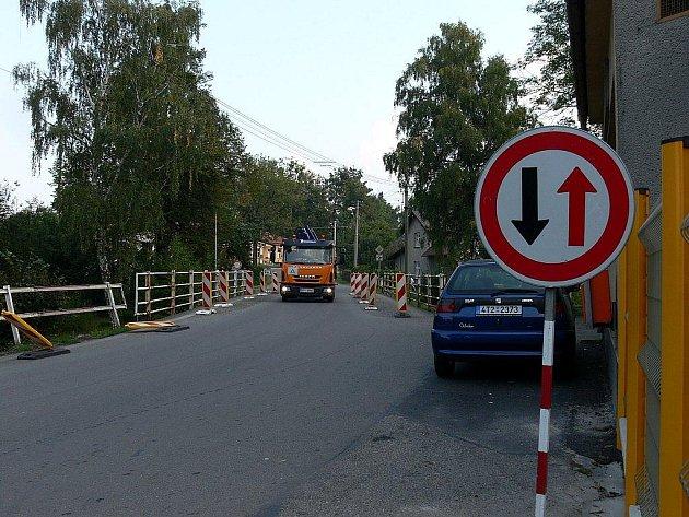 Řadu měsíců je omzen průjez mostem přes řeku Lomnou ve Frenštátě pod Radhoštěm na Střelniční ulici. Řidiče už tento stav rozčiluje.