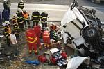 Zraněného řidiče museli vyprostit až hasiči.