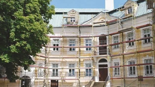 Zámek v Bílovci v současné době prochází další částí rekonstrukce.