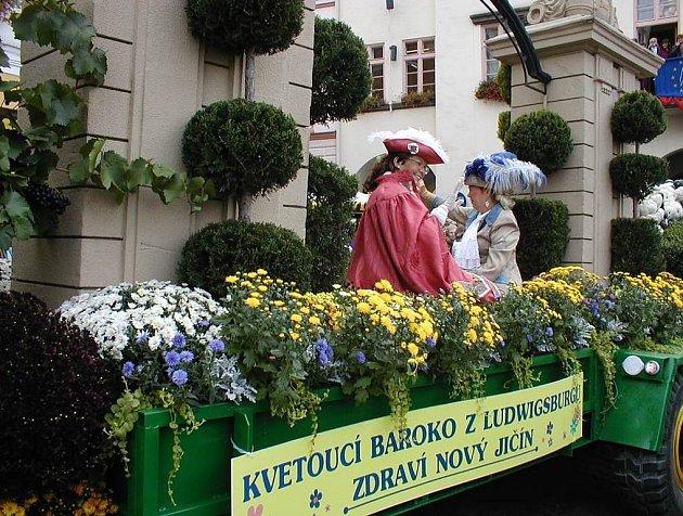Hněd několik vozů zpestřilo o víkendu Masarykovo náměstí v Novém Jičíně. Na sobotních slavnostech nechyběl alegorický vůz tažený traktorem, v neděli pak centrem města projelo 54 motoveteránů ze 12 zemí Evropy