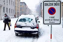 Nové mobilní dopravní značení má v Novém Jičíně zajistit zdánlivě nemožnou věc: úklid přívalů sněhu v úzkých historických uličkách s co nejmenším omezením parkování podél těchto silnic.