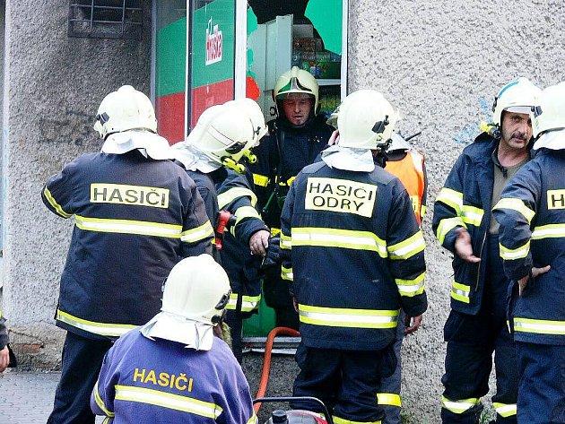 Minimálně tři hasičské jednotky se sjely k prodejně Hruška na Nádražní ulici, z níž vycházel kouř.