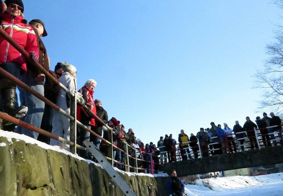 Odvážlivci i letos o víkendu skákali do Tichávky.